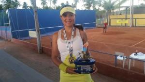 Jacyara com o troféu de Vice Campeã